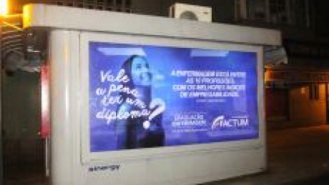 Faculdade Factum apresenta a nova logomarca em campanha publicitária.
